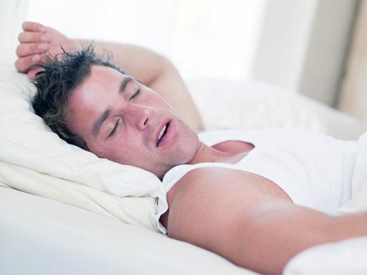 Потеешь во сне днем