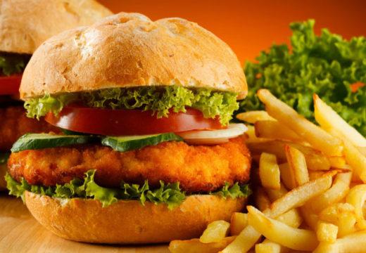 Полуфабрикаты, жареные или жирные блюда усиливают вздутие кишечника