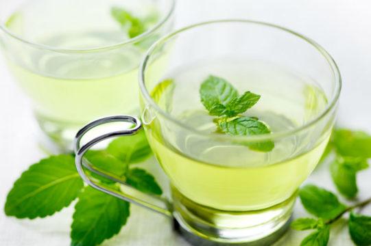 При вздутии живота помогают чаи с мятой, ромашкой или зверобоем