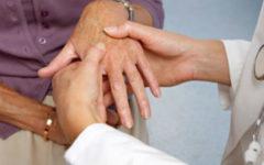 При артрите опухают конечности, появляются боли в суставах