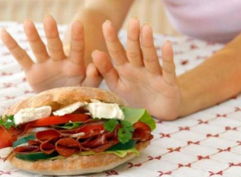Жирное мясо, выпечку и сладости следует исключить из рациона полностью
