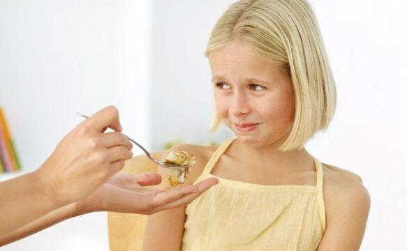Насильно заставлять ребенка есть нельзя, но и голодать он не должен