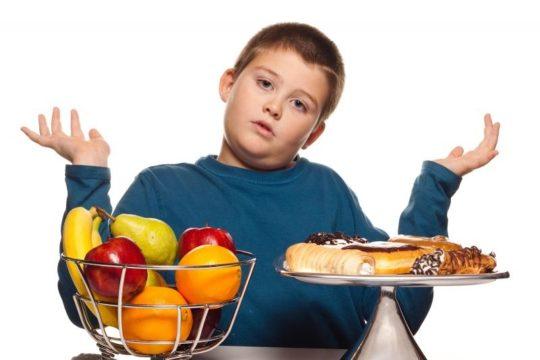 Фаст-фуд, выпечку и жирные блюда нужно исключить из рациона
