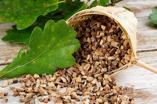 При повышенном потоотделении в области подмышек рекомендуется принимать ванны с корой дуба или готовить из этой коры компрессы