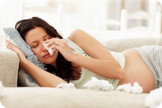 При повышенном потоотделении по ночам беременным можно протирать кожу безвредными растворами