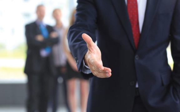Потные ладони являются серьезным препятствием для знакомства, карьеры и личной жизни.