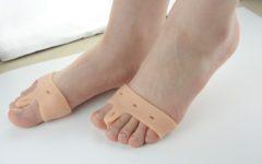 Силиконовый корректор для лечения косточки на ноге.